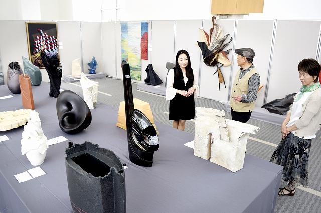 独創性豊かな作品が並ぶ現代工芸美術家協会福井会展=7日、福井新聞社・風の森ギャラリー