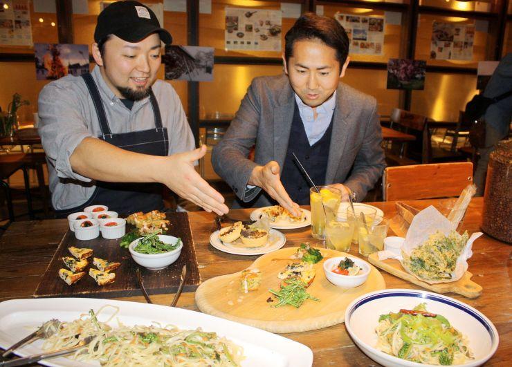 胎内市で採れた旬の山菜で作った特別メニュー=9日、新潟市中央区