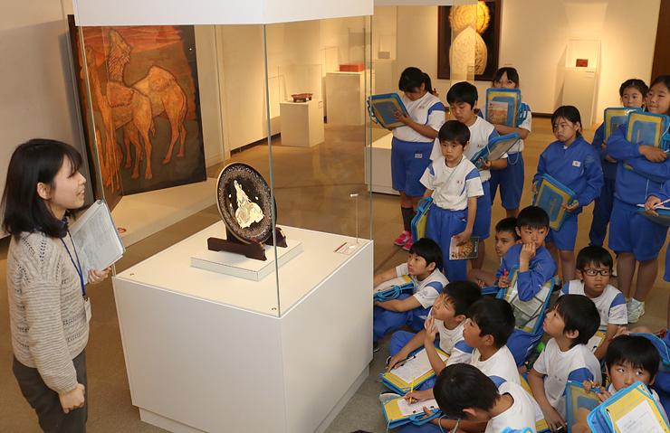 高岡の伝統工芸の名品を鑑賞する児童たち=高岡市美術館