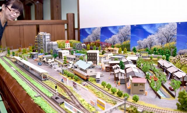 大野市の町並みを取り入れた鉄道ジオラマ=大野市の平成大野屋二階蔵