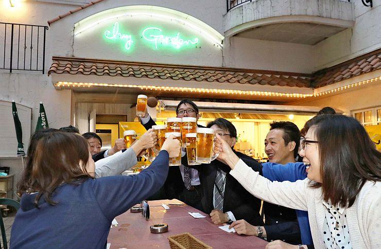 新潟県内で最も早くオープンしたビアガーデンでビールを楽しむ人たち=10日、上越市