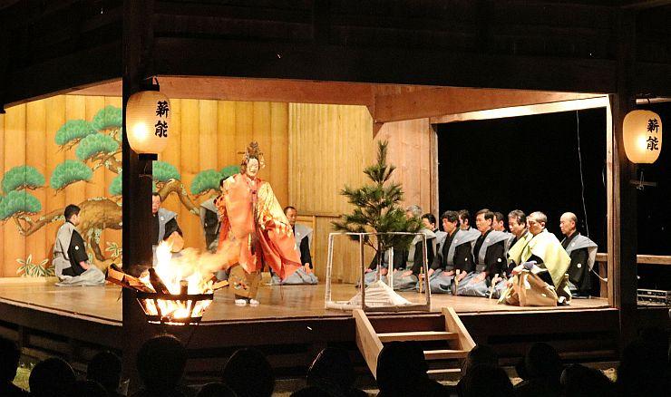 かがり火の中、優美な舞で観客を魅了した薪能=佐渡市原黒