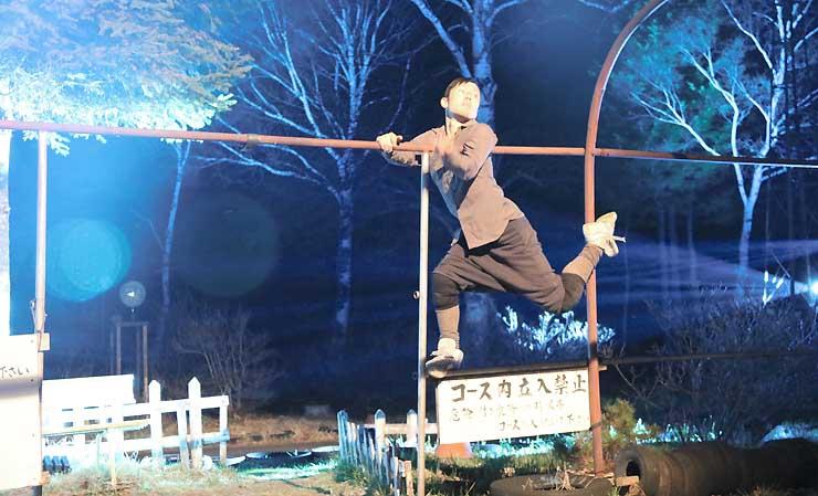 光に照らされた「女神湖ゴーカート」で、即興の踊りを披露する山口さん=8日