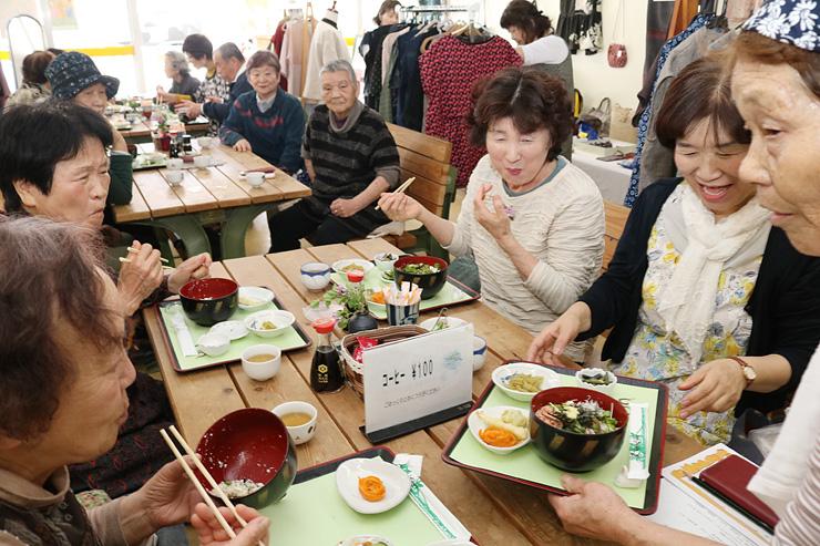 人気メニュー「とうふ丼」の提供が始まり大勢でにぎわう街かどサロン・よってかれ家=富山市上滝(大山)