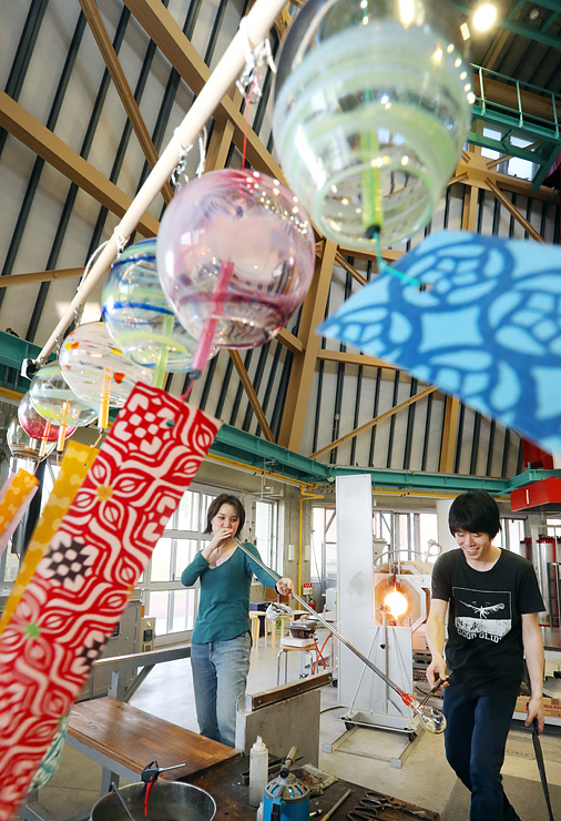 夏に向けて制作されるガラスの風鈴=富山ガラス工房第2工房