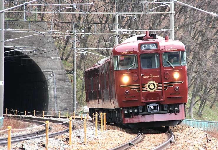 7月で運行3年を迎えるしなの鉄道の観光列車「ろくもん」。信州DCに合わせ、篠ノ井線・塩尻駅まで特別運行する