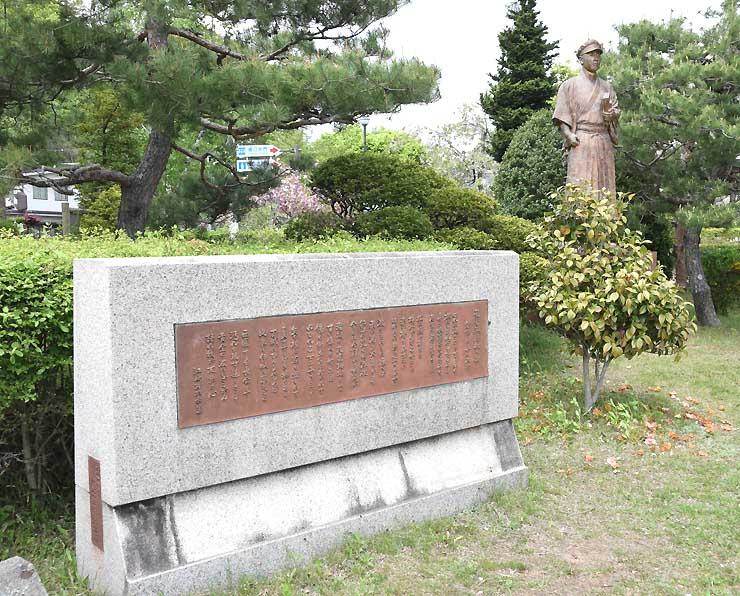 諏訪湖畔にある小口太郎の銅像(右)と「琵琶湖周航の歌」の歌碑