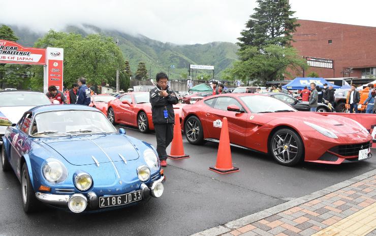 会場に並んだクラシックカーやスーパーカー