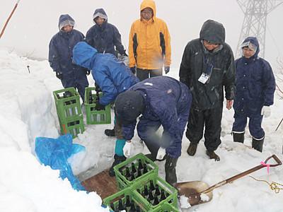 中ア千畳敷で雪中熟成 日本酒掘り出し販売