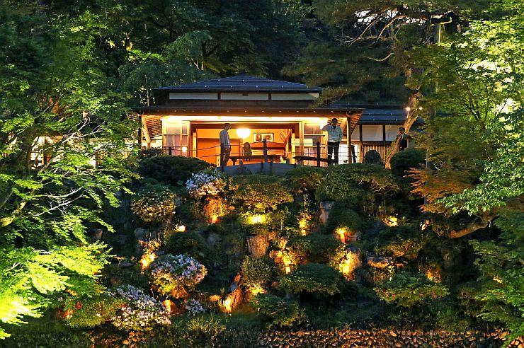 ライトアップされ、新緑や建物が闇の中に浮かび上がった楽山苑=12日午後7時ごろ、長岡市与板町与板
