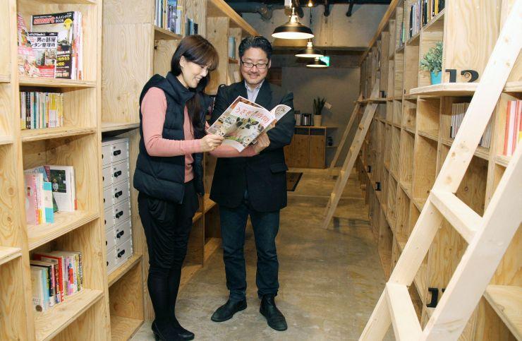 本がいっぱいのゲストハウスを開業した長谷川さん夫妻=新潟市中央区弁天3