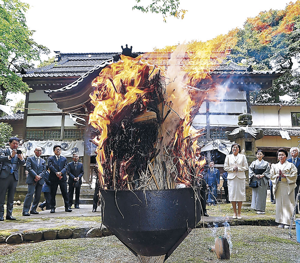 筆やはけを燃やす参列者=金沢市東山2丁目の龍国寺