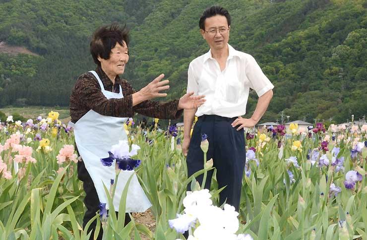 見頃を迎えたジャーマンアイリスを前に話す鮒田さん(左)と堀内さん