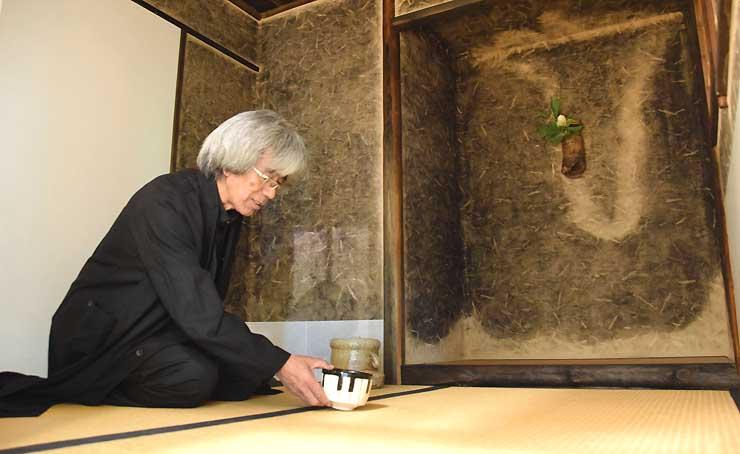 待庵を再現した茶室内で話す北村さん