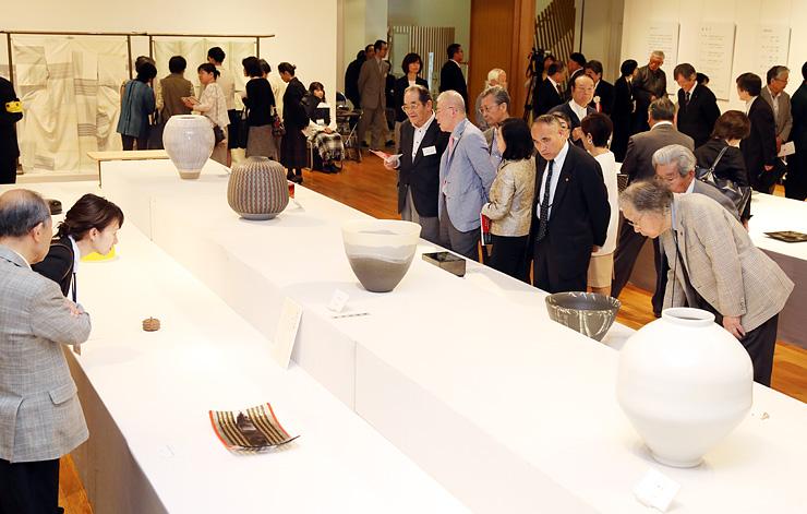 伝統工芸の逸品が並んだ会場=高岡市美術館