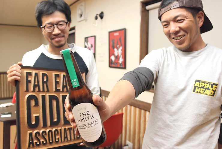 完成した「サノバスミス」を手にする宮嶋伸光さん(右)と優作さん