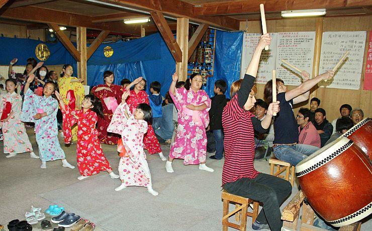 「萬燈」の練習に励む小学生ら=16日、燕市宮町