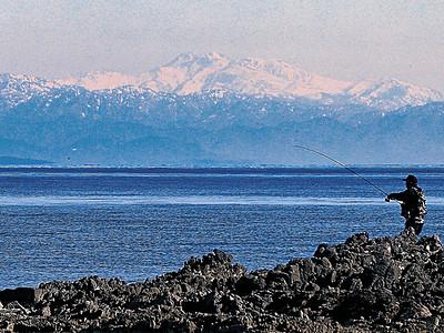 増穂浦で海越し白山 「真っ青な海に浮かぶ霊峰に感動」