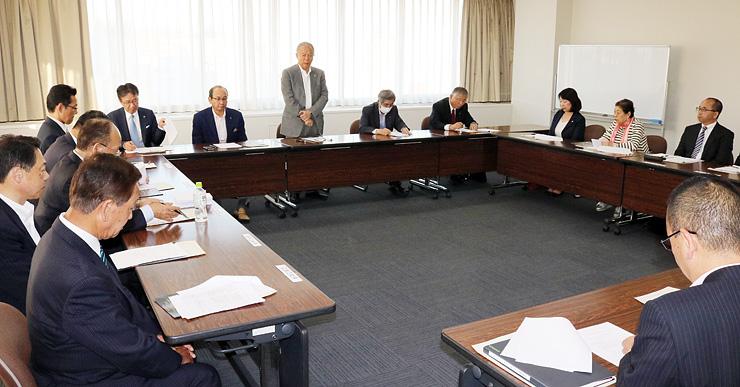 「シアター・オリンピックス」の開催見通しなどが報告された委員会=県民会館