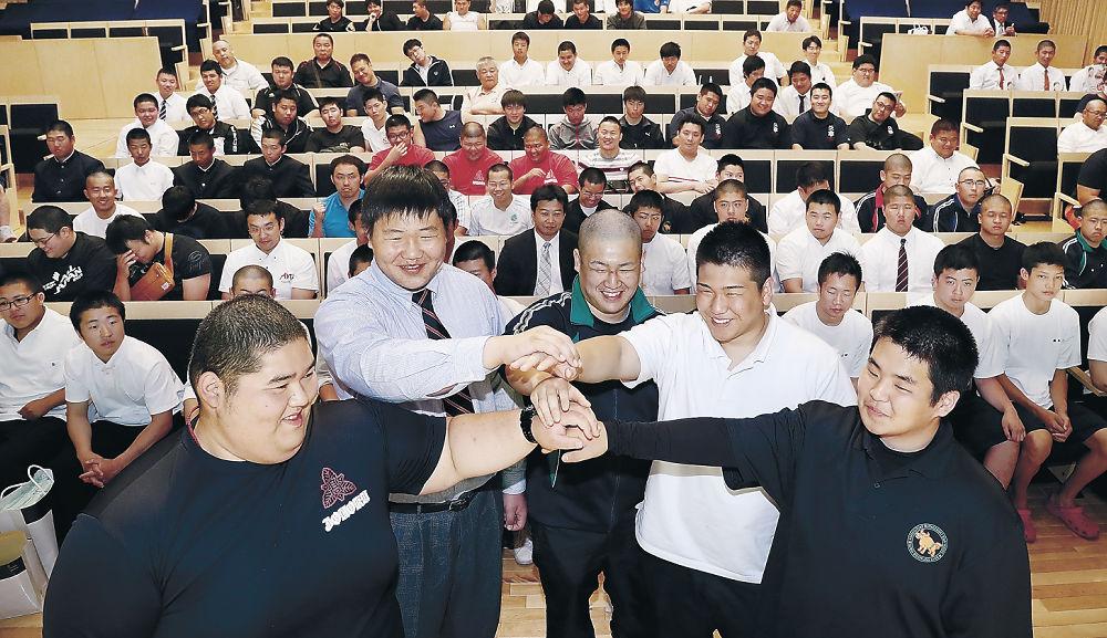 出場選手を代表して、健闘を誓い合う5選手=北國新聞赤羽ホール