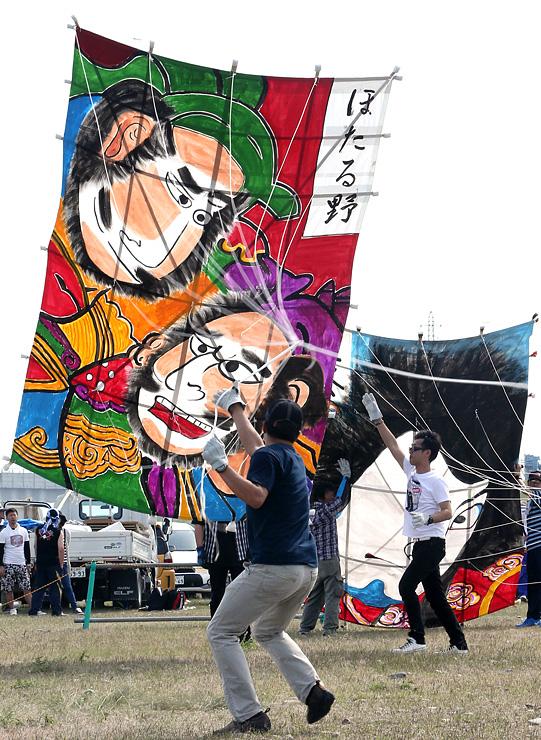 勢いよく大凧を揚げる地元自治会のメンバー=大門カイトパーク