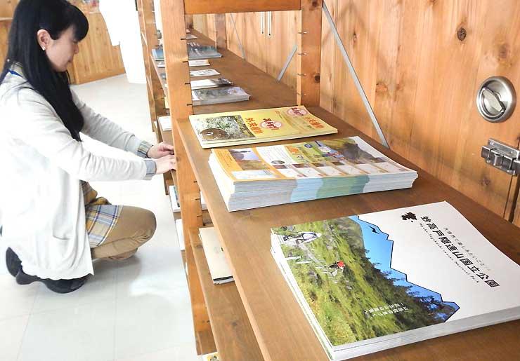 妙高戸隠連山国立公園のガイドブックなどが並ぶ戸隠観光情報センター