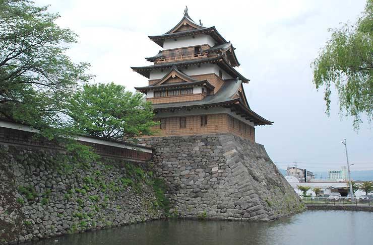 1970年に復元された高島城の天守閣。実証実験では、復元前の写真や建築当時の再現画像などが見られる