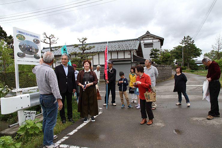 交流を楽しむレストランバスの乗客と大月の人たち=新潟市北区大月