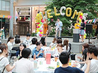 中心商店街で新入生歓迎 専門学校生100人参加