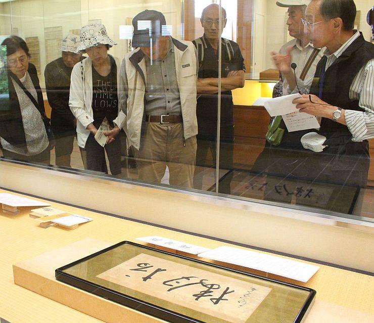 初公開となった良寛の書やゆかりの品などが並ぶ良寛の里美術館の春の特別展=24日、長岡市島崎の同美術館