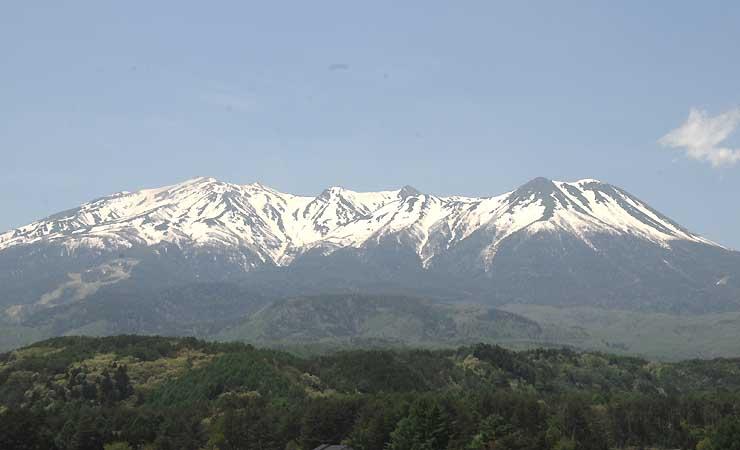 例年より残雪の多い御嶽山。ウオーキングでは8合目付近まで登る