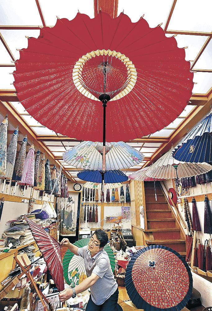 梅雨入りを前に制作が進む金沢和傘=金沢市千日町
