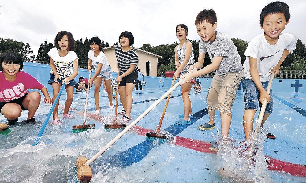 プール開きに向けて清掃に励む児童=小松市中海小