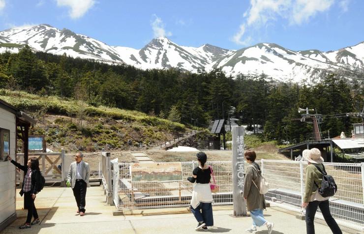 飯森高原駅から御嶽山を眺める観光客ら