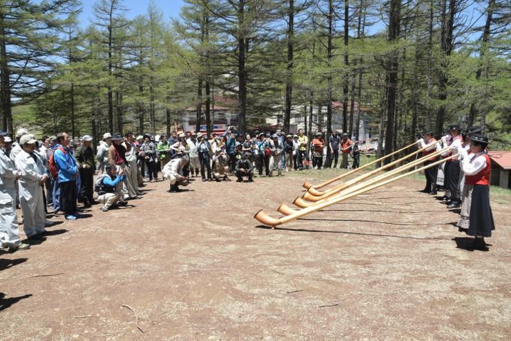 アルプホルンの重厚なファンファーレが響いた入笠山の開山祭