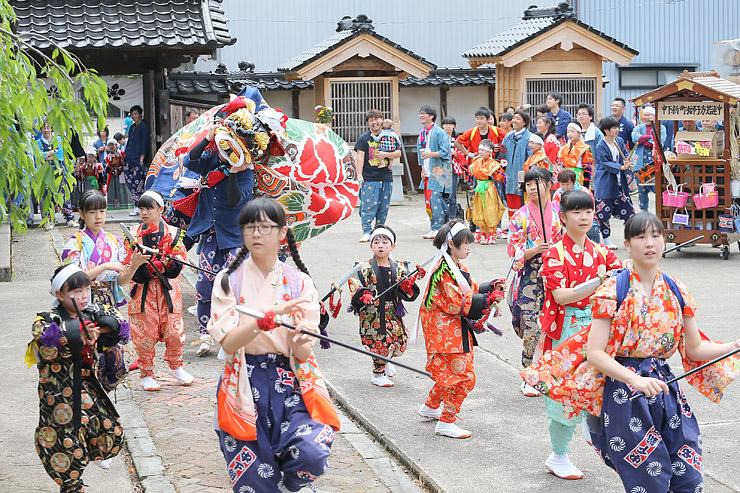 観音寺で獅子舞を奉納する中下新町の獅子方