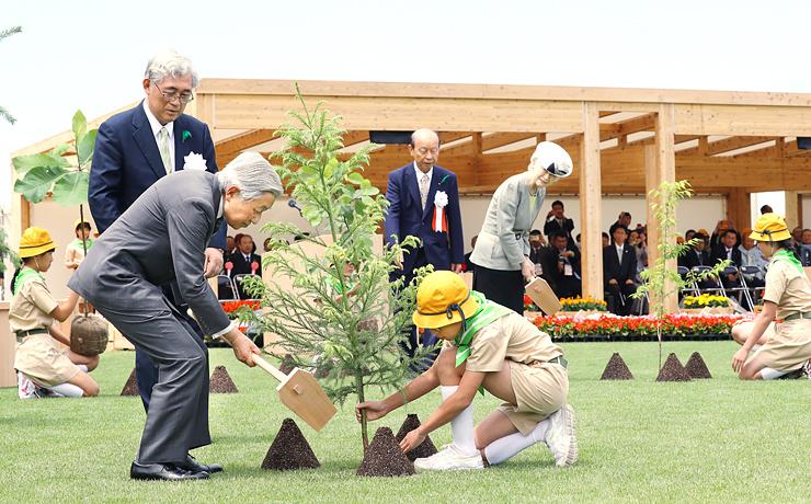 全国植樹祭で「立山 森の輝き」などの苗木を植えられる天皇、皇后両陛下=28日午前11時25分ごろ、魚津桃山運動公園(代表撮影)