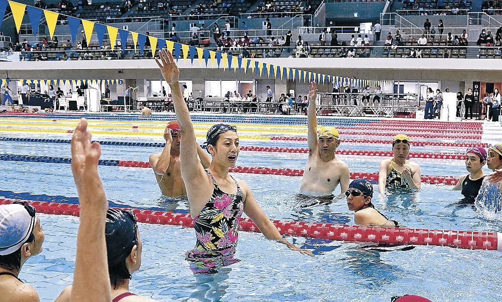 背泳ぎのレッスンで説明する寺川綾さん=金沢市の金沢プール飛び込みの技術を子どもに教える浅田雅子さんと中川真依さん