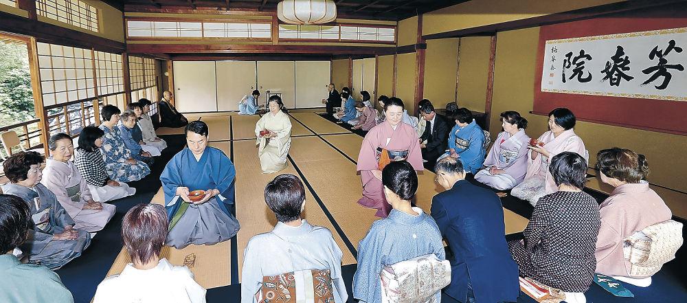 芳春院の秋吉住職が趣向を凝らした濃茶席=金沢市の宝円寺