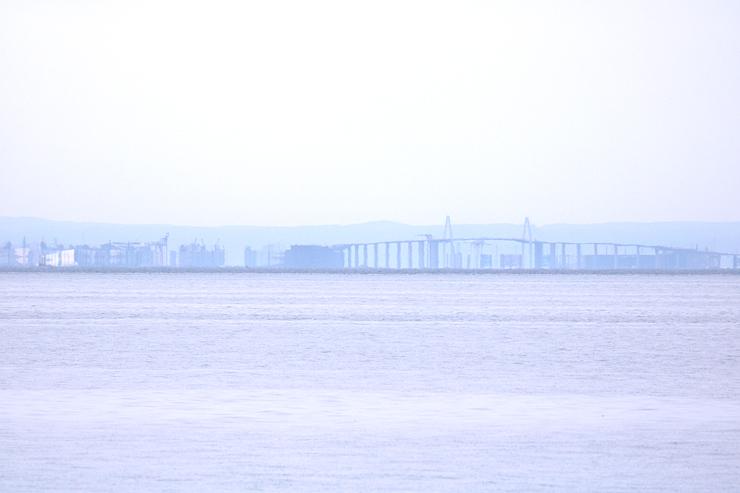 春型蜃気楼で伸び上がって見える新湊大橋周辺=29日午後0時55分ごろ
