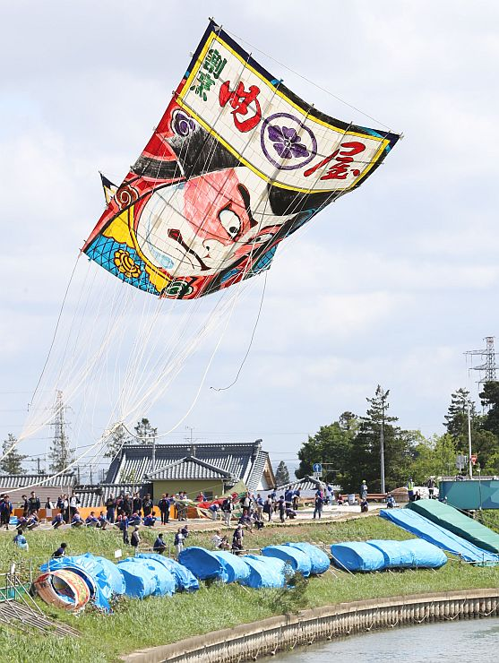 大空で熱戦が繰り広げられた昨年の白根大凧合戦