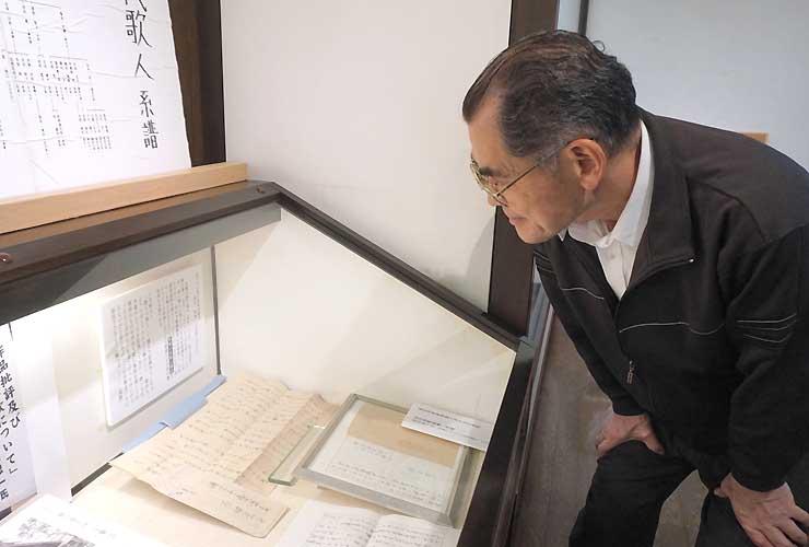 開館25周年の企画展に並んだ四賀光子の手紙。広丘地区を「短歌の地」にしてほしいとの思いがにじむ