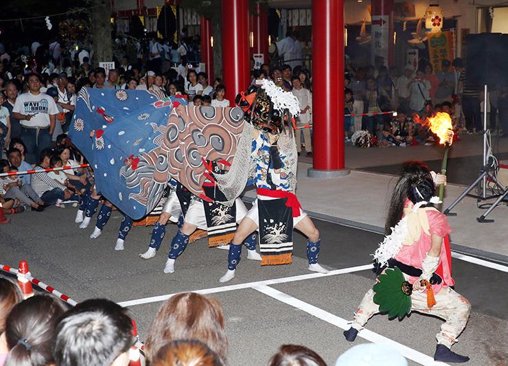 日枝神社の境内で獅子舞を披露