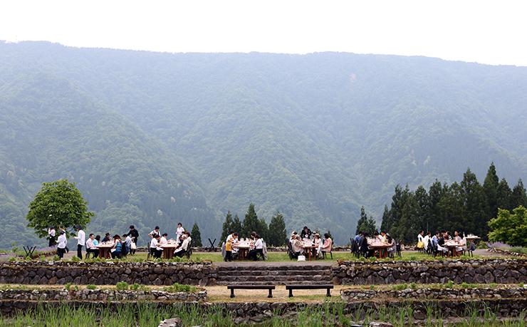 雄大な自然の中にオープンした1日限定レストラン=南砺市利賀村上畠
