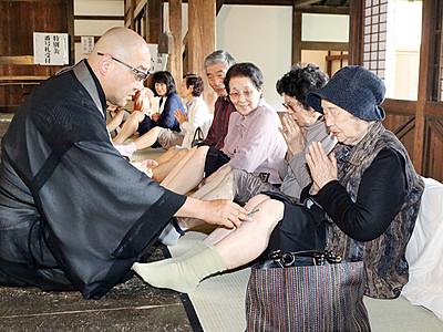 熱さに耐え健康願う 高岡の瑞龍寺で「ひとつやいと」