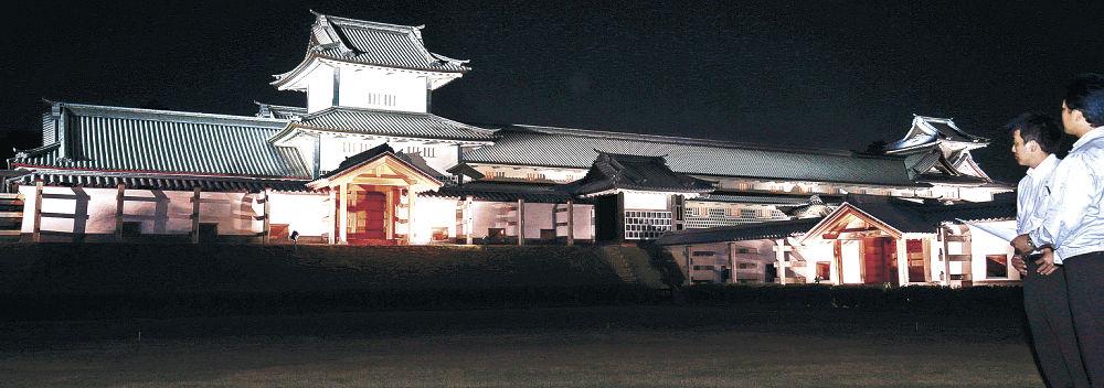 暗闇にくっきりと浮かび上がる城郭=金沢城公園