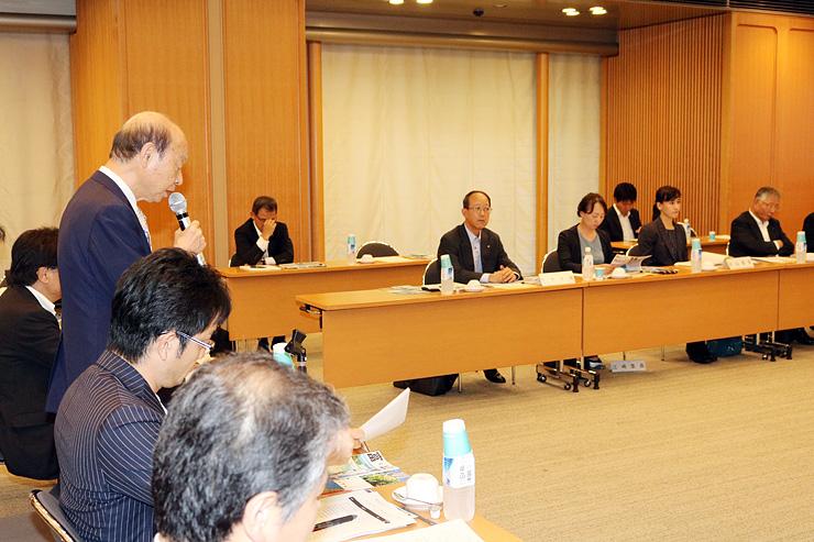 会議であいさつする石井知事(左)。中央は関電の勝田氏=東京都内