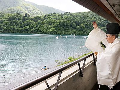 桂湖で湖面開き 南砺、安全とにぎわい祈願