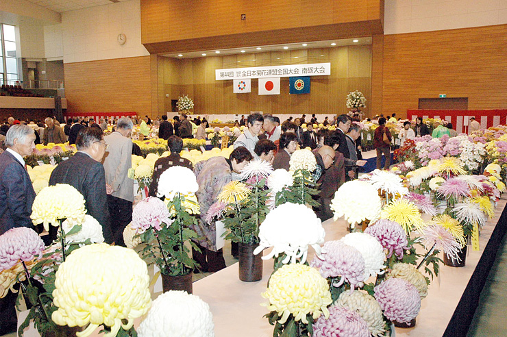 2008年に南砺市で開かれた全日本菊花連盟全国大会=同市福野体育館