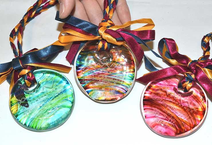 第3回信州安曇野ハーフマラソンで男女の1〜3位に贈られるガラス製のメダル